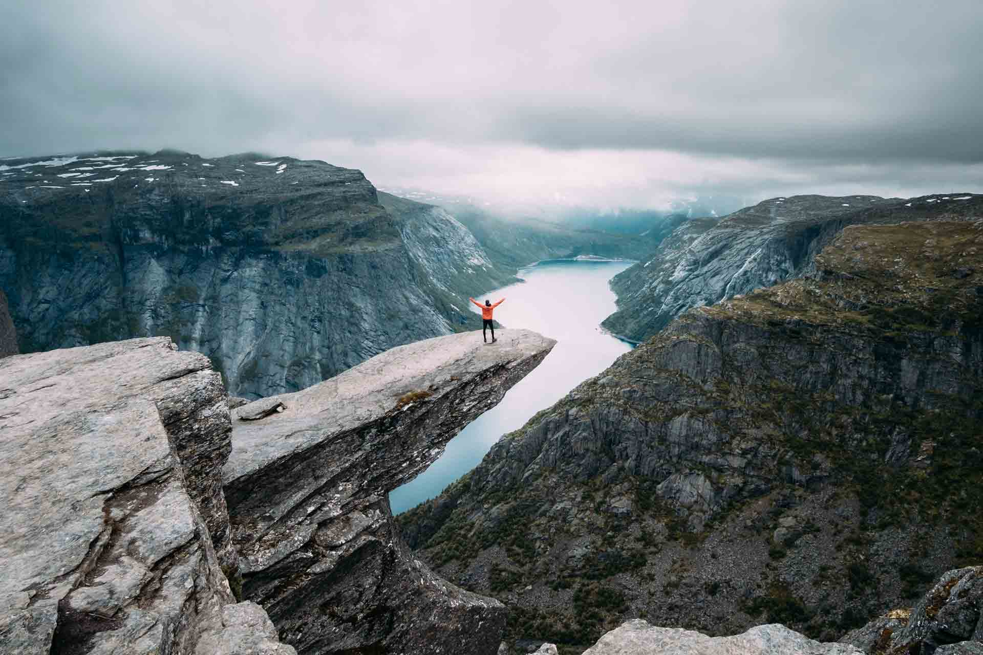hiking-trail-trolltunga-lake-fjord